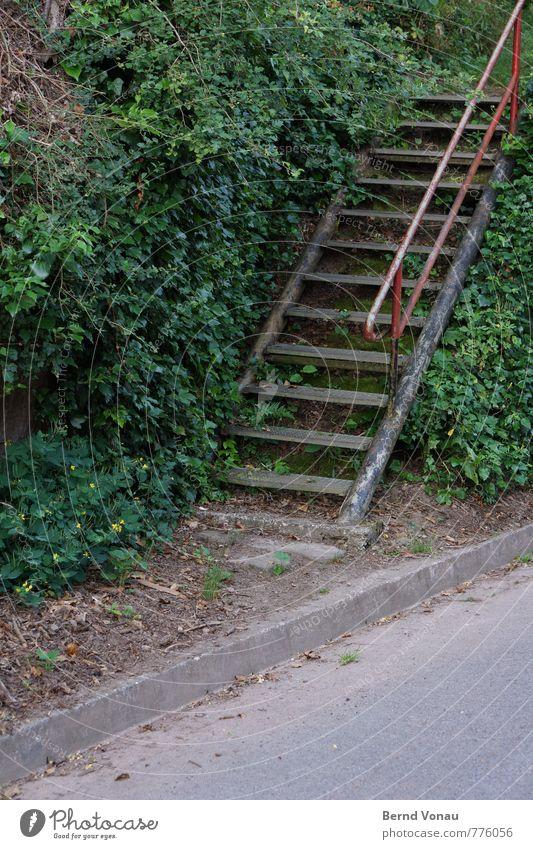 dritte treppe links Dorf Mauer Wand Treppe Straße Wege & Pfade alt einfach trist Stahl Stahlkonstruktion Treppengeländer Eisenrohr verwildert ungepflegt hoch