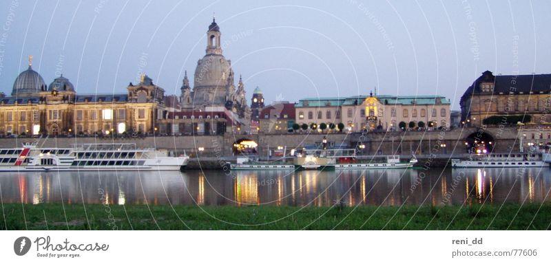dresden im glanz der frauenkirche Wasser Stadt Haus Wasserfahrzeug groß Fluss Romantik Dresden Panorama (Bildformat) Elbe Kulisse Sachsen Frauenkirche