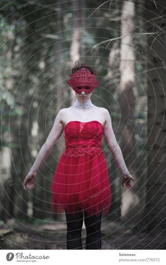 red Karneval Mensch feminin Frau Erwachsene 1 Wald Kleid Maske rot Farbfoto Außenaufnahme Oberkörper Vorderansicht