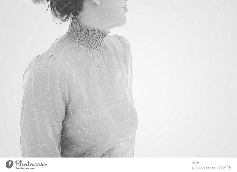 silbergrau Mensch maskulin Frau Erwachsene 1 30-45 Jahre Bekleidung Bluse brünett langhaarig Zopf ästhetisch hell schön Erotik Schwarzweißfoto Innenaufnahme