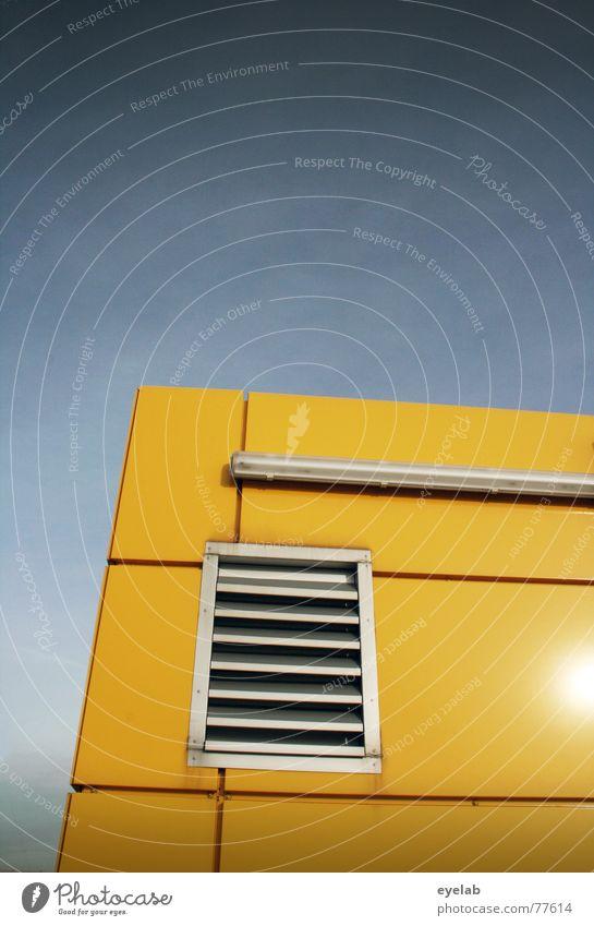 Fenster zum Hof Himmel blau Farbe Haus gelb Wand Gebäude Mauer Metall Regen orange Hochhaus Hoffnung Fliesen u. Kacheln Röhren