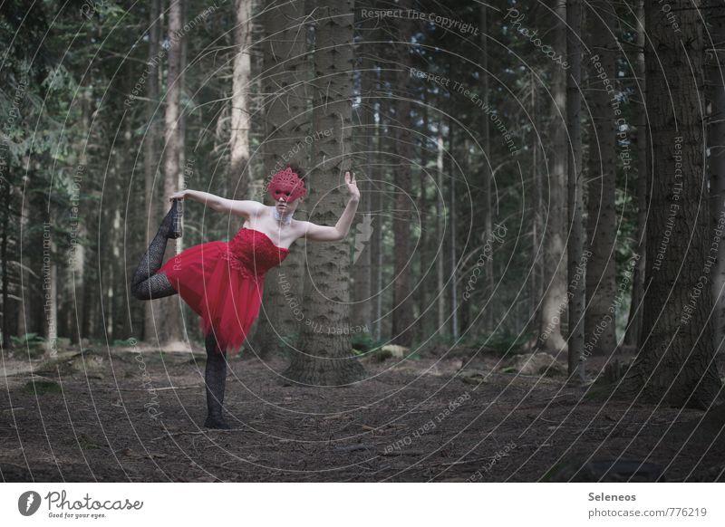 let´s dance Mensch feminin Frau Erwachsene 1 Tanzen Tänzer Subkultur Rockabilly Natur Wald Kleid Maske rot Farbfoto Außenaufnahme Textfreiraum rechts