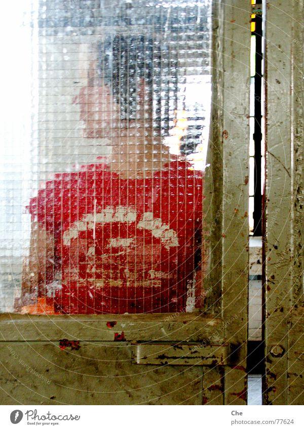 Mattscheibe Frau alt rot Freude Gesicht Fenster braun dreckig lustig Tür frisch Fröhlichkeit Fabrik verfaulen geheimnisvoll verfallen