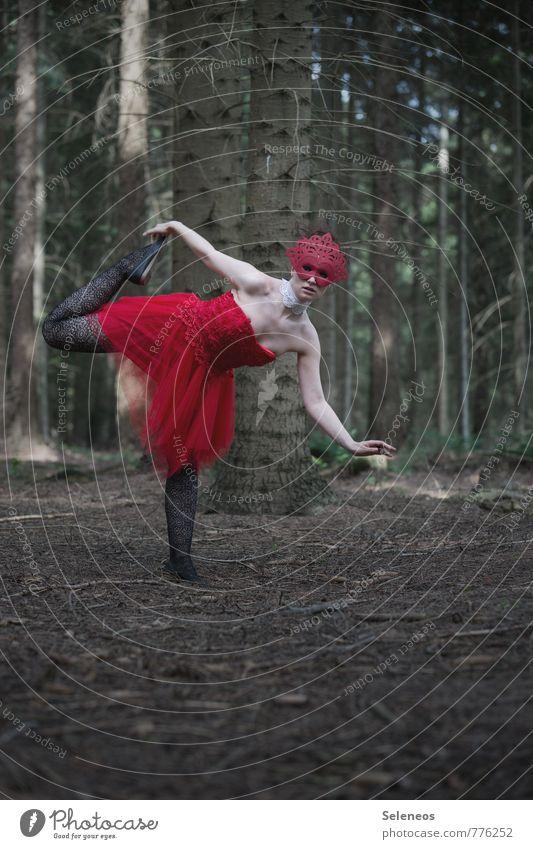 . Karneval Mensch feminin Frau Erwachsene 1 Umwelt Natur Baum Wald Kleid Maske Tanzen Außenaufnahme Ganzkörperaufnahme Vorderansicht