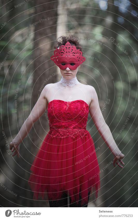 errötet Karneval Mensch feminin Frau Erwachsene 1 Wald Kleid Maske rot mystisch Tüll Farbfoto Außenaufnahme Oberkörper Vorderansicht