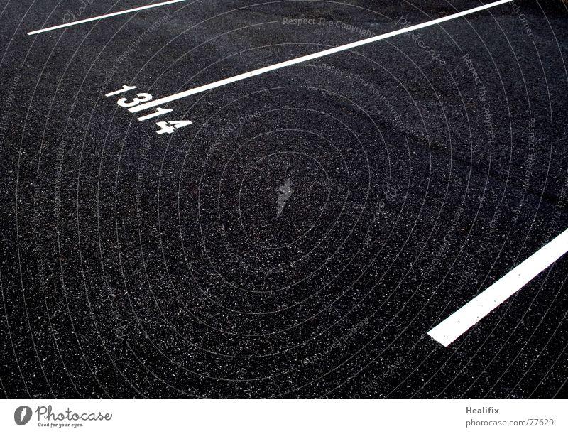Strafmündig    Parkplatz Ziffern & Zahlen Teer schwarz weiß sehr wenige Verkehr Wachstum alt groß Jugendstrafgesetz Anweisung 13 14 Pubertät Straße Linie