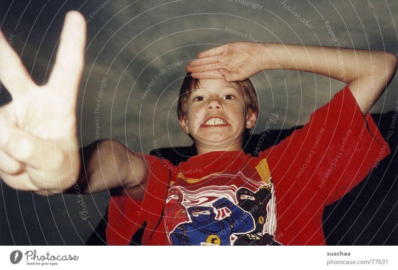aber sowas von erwischt .. stehen Unsinn Comic Kind dunkel Wolken rot T-Shirt Finger Hand Gesicht Spielen Frieden Junge lustig