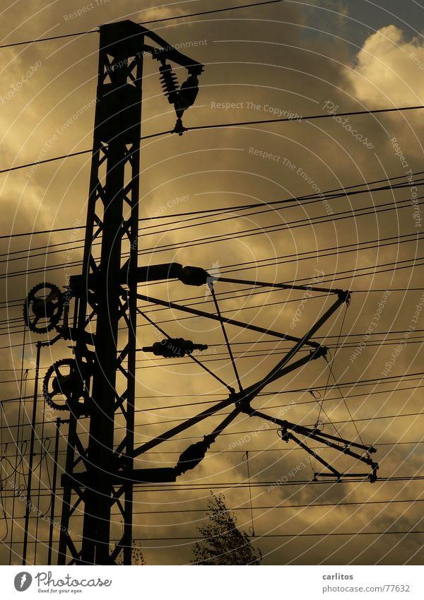 Spinnennetz Sonne dunkel Eisenbahn Industrie Energiewirtschaft Elektrizität Bahnhof Gewicht Strommast chaotisch Säule durcheinander Leitung Stromkraftwerke
