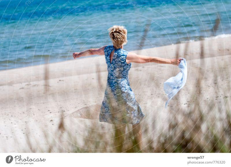 Strandtänzerin II Freude Sommer Sommerurlaub Mensch feminin Frau Erwachsene 1 45-60 Jahre Mode Bekleidung Kleid Sommerkleid Schal Halstuch blond kurzhaarig