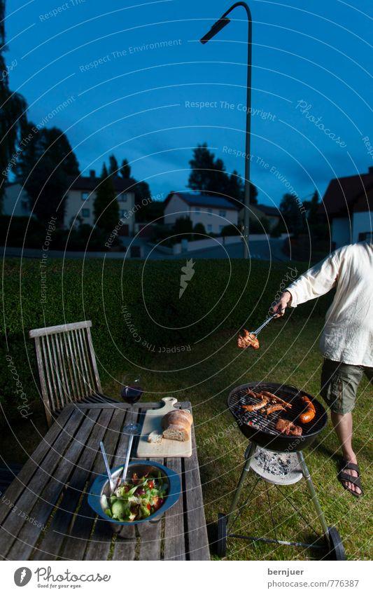 Late Grilling Mensch blau Stadt dunkel Erwachsene Lampe Garten Lebensmittel maskulin Foodfotografie Lifestyle Arme authentisch Tisch Stuhl gut
