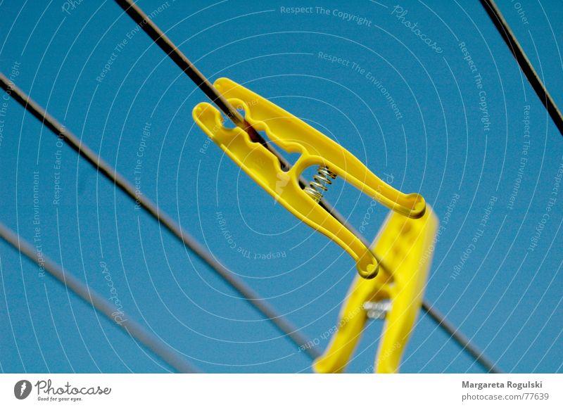 festklammern Himmel blau gelb Wärme Physik Wäsche Klammer aufhängen Wäscheklammern Haushaltsführung