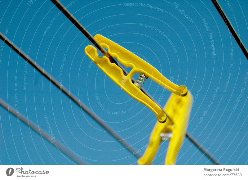 festklammern Wäscheklammern aufhängen Klammer Physik gelb Wärme Himmel blau Haushaltsführung