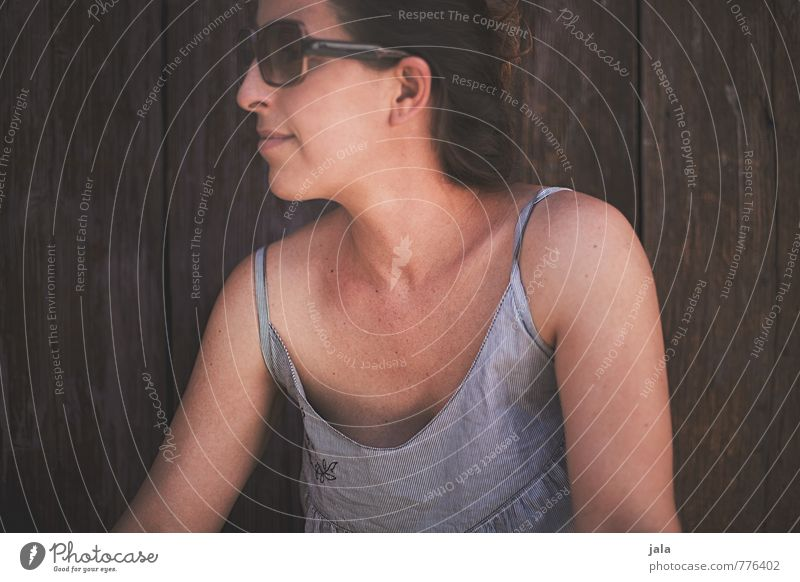 schattenplatz Mensch feminin Frau Erwachsene 1 30-45 Jahre Accessoire Sonnenbrille brünett langhaarig Zopf Erholung Blick authentisch natürlich Zufriedenheit