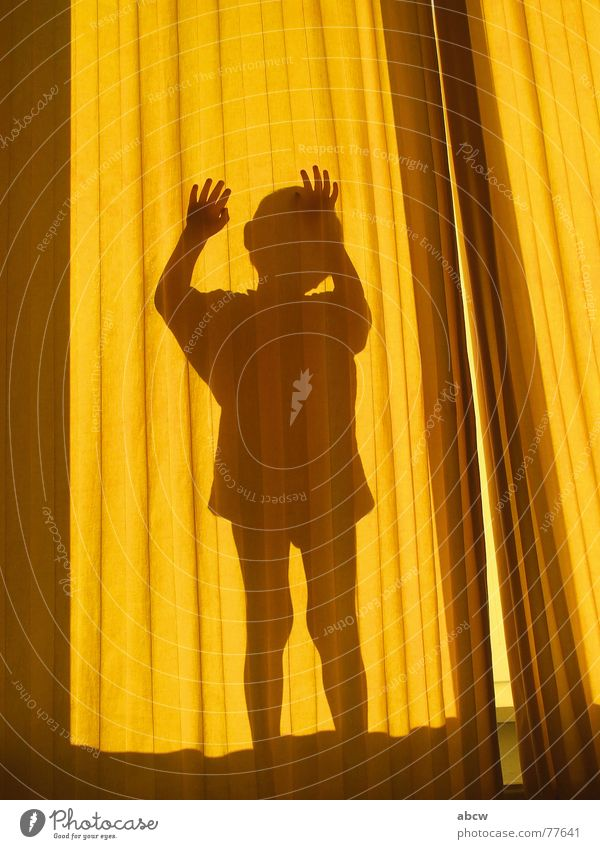 Hinter der Gardine Kind Hand gelb Junge Vorhang