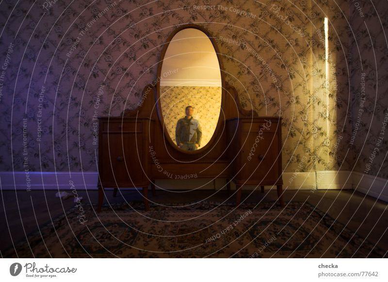 spieglein, spieglein an der wand Häusliches Leben Wohnung Spiegel Tapete Wohnzimmer alt Gefühle Stimmung selbstbewußt Traurigkeit Sorge Trauer Angst