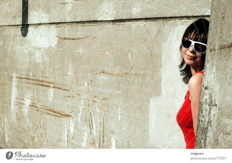 stone&fashon Stil Frau Mensch Haare & Frisuren Brille retro Kleid rot Gebäude Sommer Physik heiß youth rotes kleid Industriefotografie Strukturen & Formen Stein