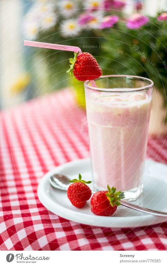 Erdbeerig Lebensmittel Frucht Dessert Erdbeeren trinken Erfrischungsgetränk Erdbeer Shake Teller Glas Trinkhalm Löffel kalt grün rosa rot weiß lecker Tisch