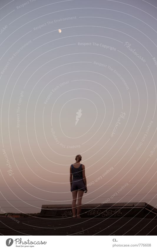 anne und der mond Lifestyle Mensch feminin Junge Frau Jugendliche Erwachsene Leben 1 18-30 Jahre Natur Himmel Wolkenloser Himmel Mond Sommer Schönes Wetter Dach