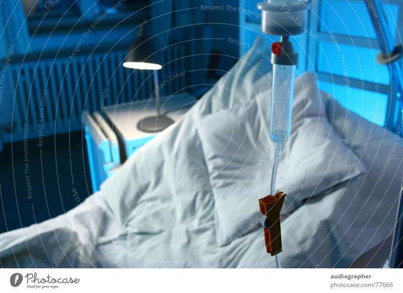 ausgeflogen blau weiß Einsamkeit kalt hell Raum Wassertropfen leer Trauer Bett Gesundheitswesen Krankheit Krankenhaus Medikament Tropf