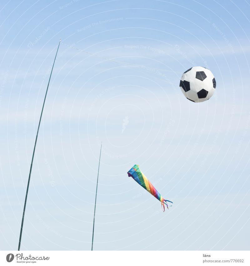 Anstoß Freude Spielen Ferien & Urlaub & Reisen Tourismus Sommer Sommerurlaub Strand Ball Himmel fliegen Windspiel Außenaufnahme Menschenleer Textfreiraum oben