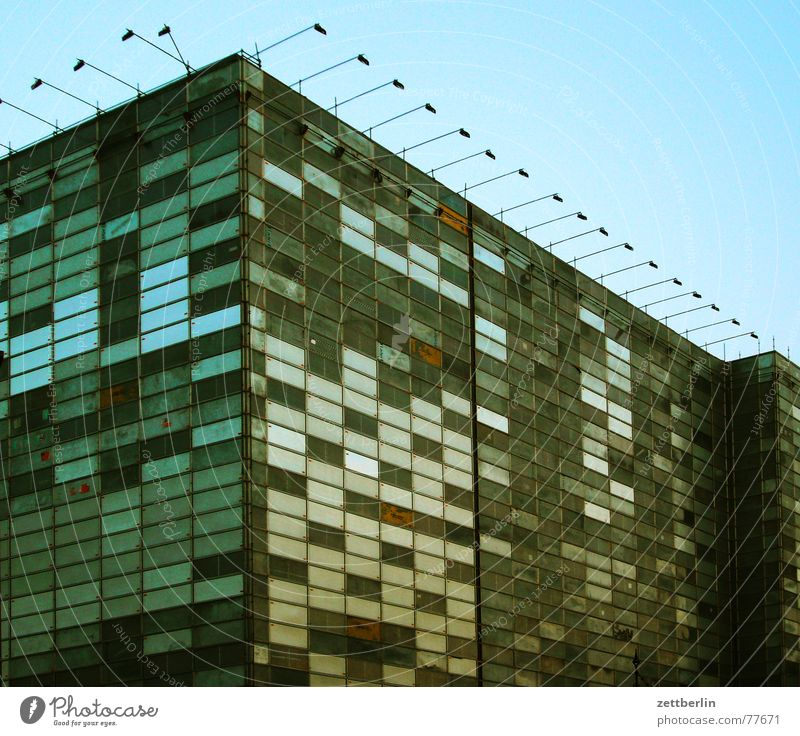 Fassade Haus Lampe Fenster Gebäude Beleuchtung dreckig Architektur Rost Seite Scheinwerfer Block Plattenbau Patchwork Städtebau