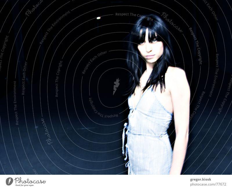 Blue Stella Freundlichkeit Gefühle London Underground Garage Porträt Sommer Stil dunkel desolat nice sensual pretty alone deep strong divine dark colors place