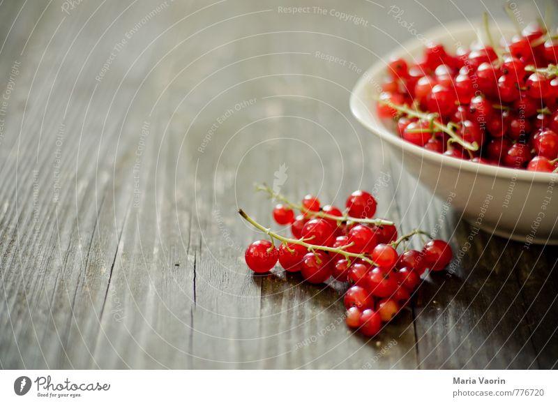 Johannis aus dem Garten Lebensmittel Frucht Ernährung Vegetarische Ernährung Schalen & Schüsseln Nutzpflanze Holz frisch Gesundheit natürlich saftig süß rot