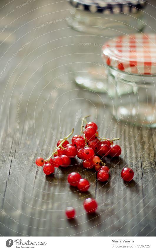 Vorbereitung 3 Lebensmittel Frucht Marmelade Ernährung frisch lecker saftig süß rot Beeren Johannisbeeren Marmeladenglas Einmachglas Holztisch Farbfoto