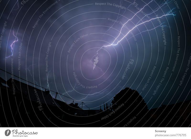 Bäääämmmm Umwelt Luft Himmel Wolken Gewitterwolken schlechtes Wetter Unwetter Wind Sturm Regen Blitze Dorf Kleinstadt Haus Dach bedrohlich Kraft Angst