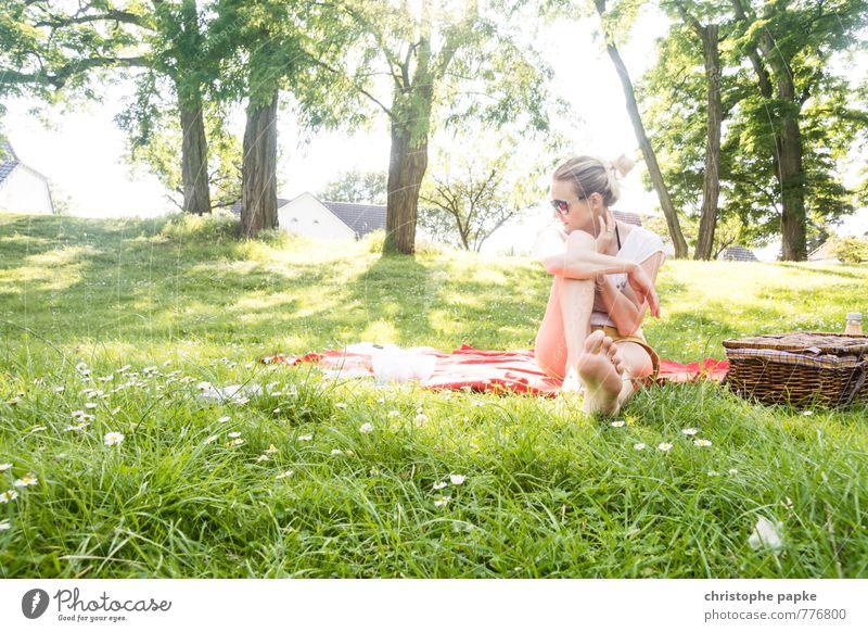 Park-ing Lifestyle Ferien & Urlaub & Reisen Sommer feminin Junge Frau Jugendliche Erwachsene Fuß 1 Mensch 18-30 Jahre 30-45 Jahre Sonnenlicht Frühling Baum Gras