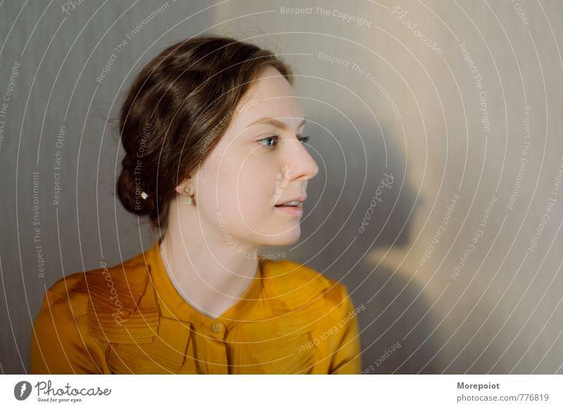 Svetlana Junge Frau Jugendliche Erwachsene Kopf 1 Mensch 18-30 Jahre Mode Hemd brünett Blick elegant schön Wärme feminin weich braun gelb orange Warmherzigkeit