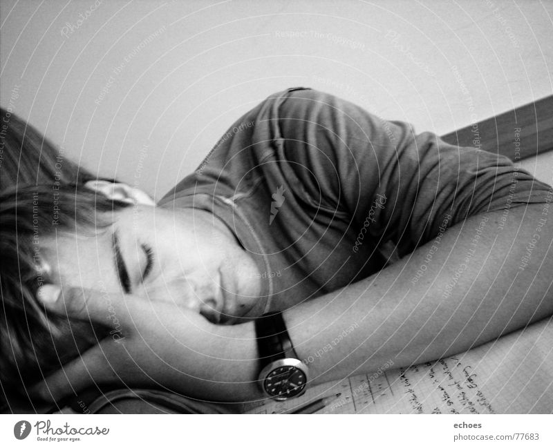 school sleep Zeit Uhr schlafen Biologie Hand Wand träumen Nachmittag Schreibstift Pullover Schulter weiß schwarz Text Momentaufnahme Gedanke ruhig Schule