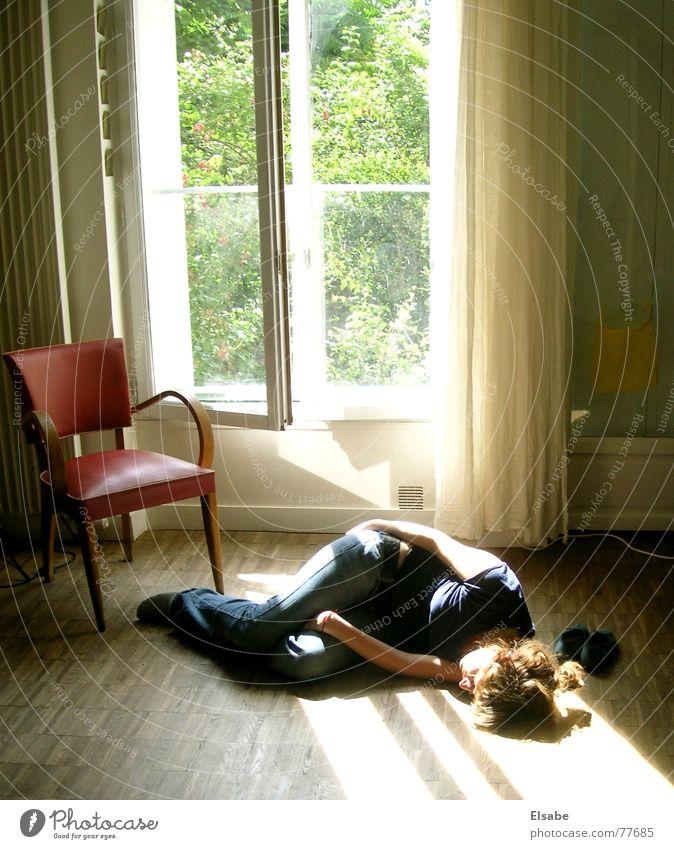 Nachmittagsschläfchen in Montmartre schlafen Siesta Parkett Wochenende faulenzen Bewusstseinsstörung Fenster träumen Sommer genießen Sonne gemütlich unbequem