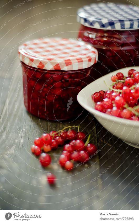 Mach mal Marmelade Maria 3 Lebensmittel Frucht Ernährung Frühstück Schalen & Schüsseln saftig süß rot Johannisbeeren Beeren Marmeladenglas Einmachglas Holztisch