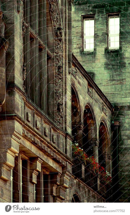 die toten augen von... alt Stadt grün Haus schwarz dunkel Fenster Gebäude Architektur braun historisch verfallen gruselig Bogen Politik & Staat altehrwürdig