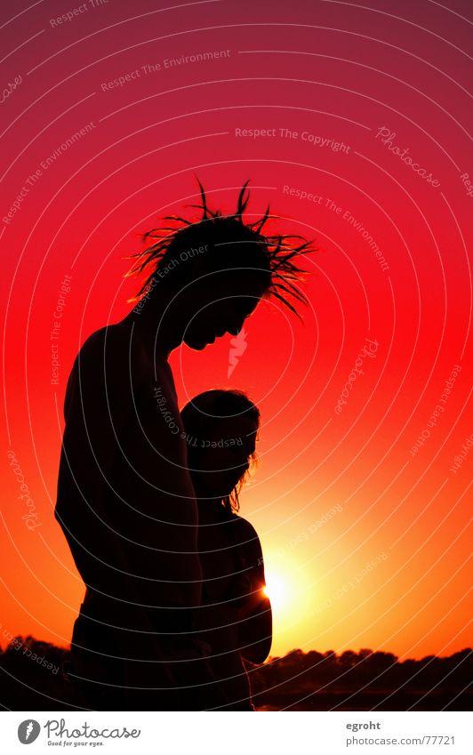 Sonnenuntergang am See rot gelb Baggersee Jugendliche Punk Rastalocken Romantik Silhouette träumen Sommer Zärtlichkeiten Außenaufnahme Himmel female Liebe
