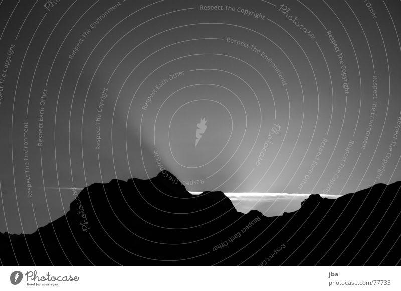 Sonnenaufgang vom Gerihorn schön Himmel weiß schwarz Wolken Berge u. Gebirge Bewegung Wärme Beleuchtung wandern Treppe Schwarzweißfoto Physik Natur