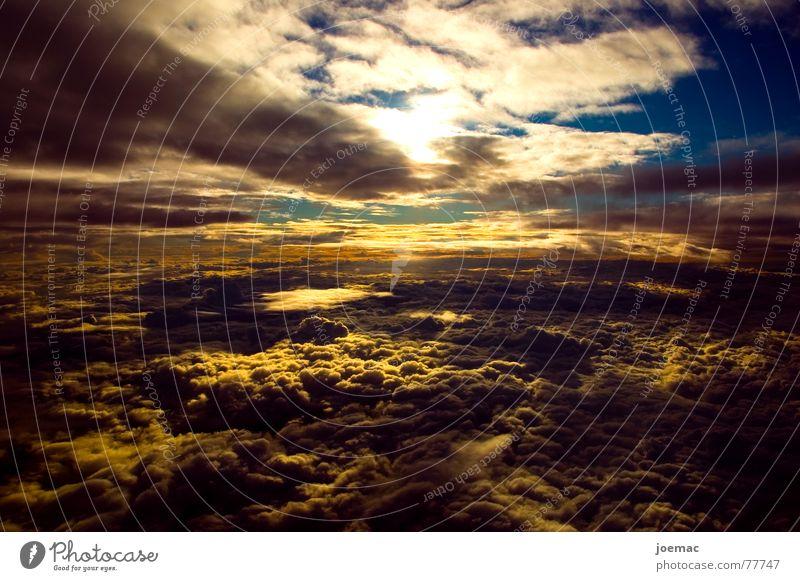 FirstClass view Wolken weiß Horizont Sonnenuntergang Wolkendecke Luft Flugzeug Himmel blau Abend wolkenmeer fliegen Aussicht Blick Wolkenfeld