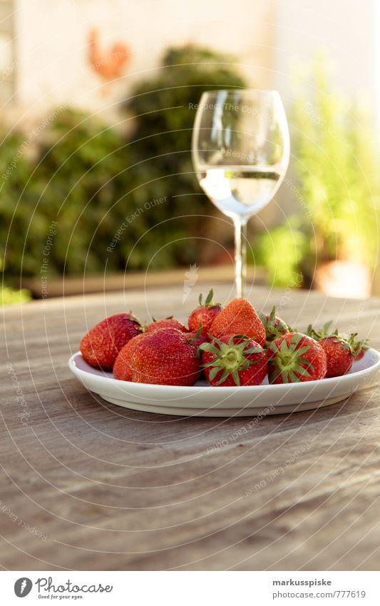 sekt mit erdbeeren Ferien & Urlaub & Reisen Erholung Freude kalt Stil Garten Lifestyle Feste & Feiern Lebensmittel Wohnung Frucht Design Häusliches Leben