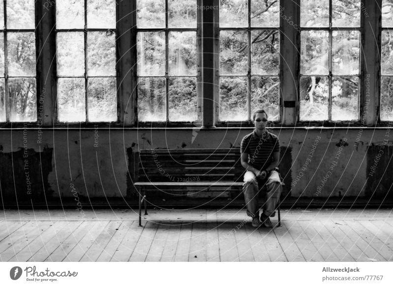 Dumm ist der, der Dummes tut.. Einsamkeit Fenster hell sitzen warten Bank Wachsamkeit Langeweile Lagerhalle Sonnenbrille Selbstportrait Parkett Ausdauer gerade