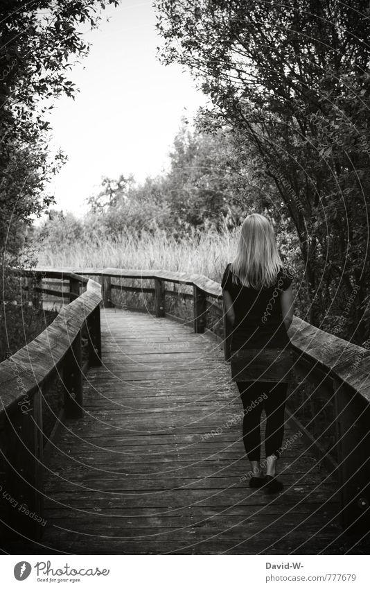 Wohin führst du mich elegant Mensch feminin Junge Frau Jugendliche Erwachsene 1 18-30 Jahre Natur Wald Wege & Pfade Holzweg blond langhaarig entdecken gehen