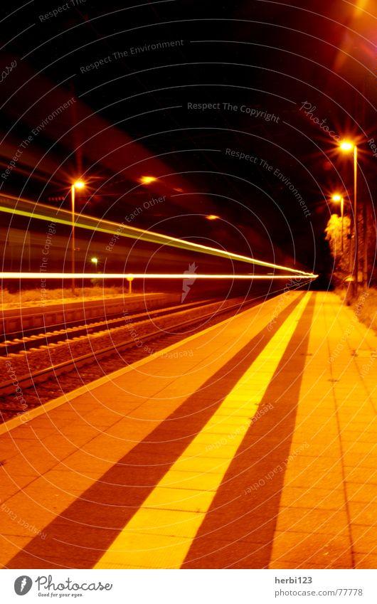 Nachtexpress II Eisenbahn Licht Langzeitbelichtung Geschwindigkeit Stativ Farbe Bahnhof