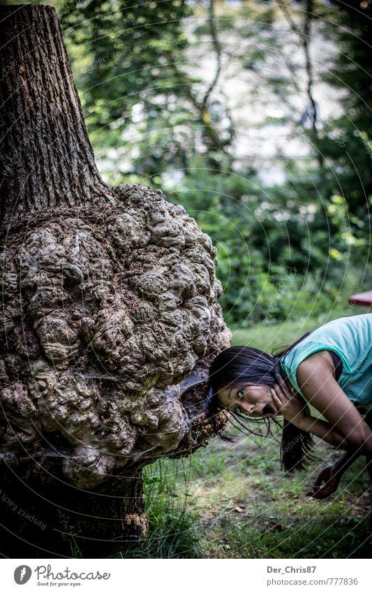 Baum frisst Mädchen feminin Junge Frau Jugendliche 1 Mensch 18-30 Jahre Erwachsene Fressen alt außergewöhnlich bedrohlich dunkel gruselig lecker Sorge Angst