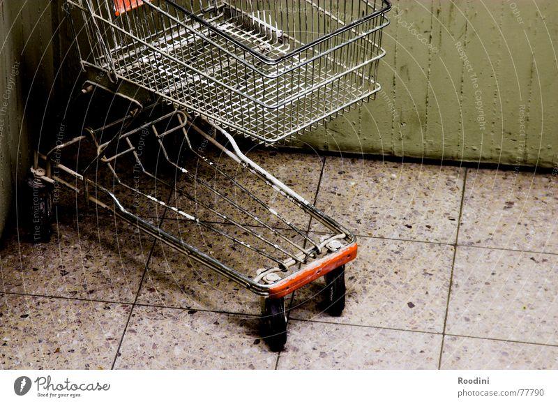 in die Ecke und schäm Dich Einsamkeit Wand Stein Metall leer Bodenbelag Güterverkehr & Logistik Ladengeschäft parken Gitter Rolle Supermarkt Einkaufswagen schieben Monat Go-Kart