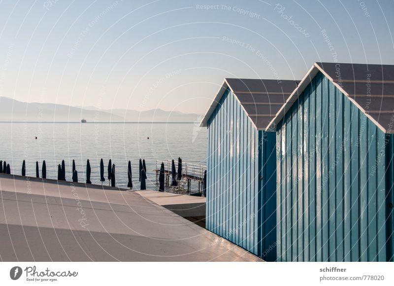 Badetag Landschaft Wolkenloser Himmel Schönes Wetter Hügel Berge u. Gebirge Küste blau Badehaus Badehäuschen Sonnenschirm Meer Mittelmeer Italien Ligurien