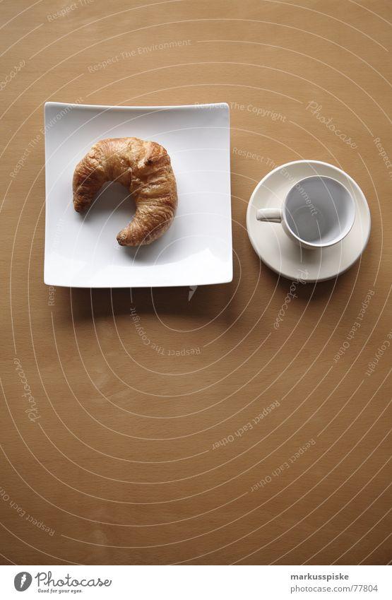zum frühstück ein croissant Ernährung Buche Holz Teller Löffel Tasse leer Appetit & Hunger Gedeck Sauberkeit weiß Lebensmittel Croissant Untertasse warten