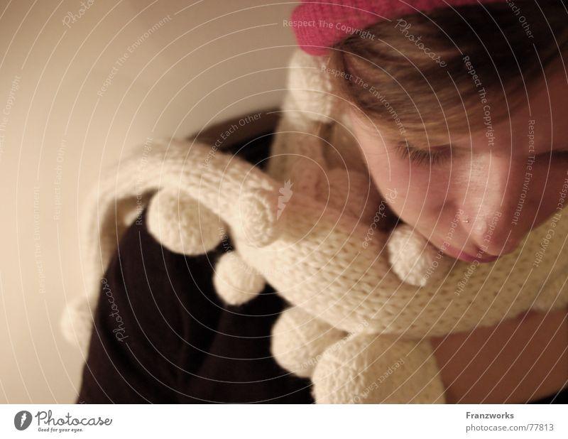 Wolle-propfen... Frau Winter Traurigkeit Denken Wärme Physik Mütze gemütlich kuschlig Schal verpackt Kaffeetrinken