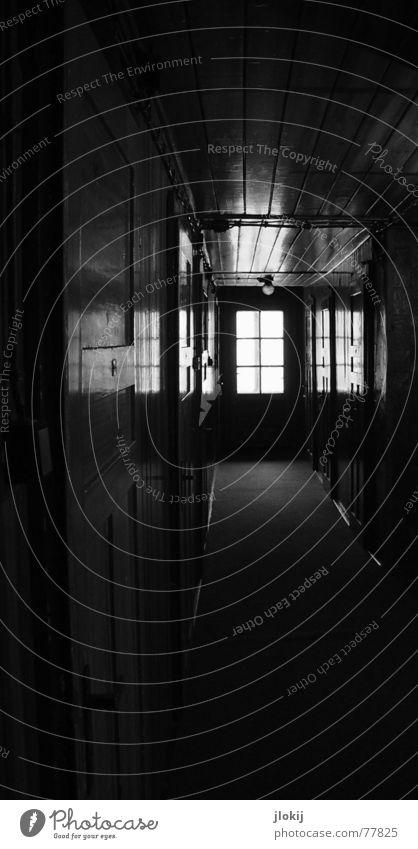 Hostel dunkel Fenster Griff Licht Reflexion & Spiegelung Teppich gruselig ungemütlich Schwarzweißfoto Tür quentin tarantino Gang