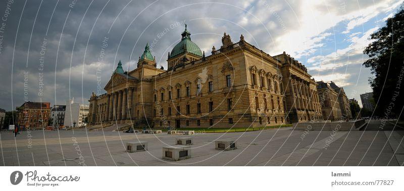 mann gönnt sich ja sonst nichts Leipzig Gerechtigkeit Haus Sandstein Wolken groß Platz Licht bundes Verwaltung Freiheit Ordnung Schatten