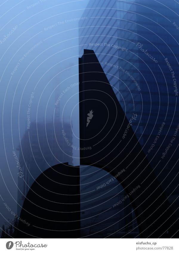 Nebelschwadenbilder Brüssel Skulptur Morgen Konstruktion schwarz Hochhaus Situation kalt November Gebäude Stadt Wachstum Kunst Leben blau neu Baustelle modern
